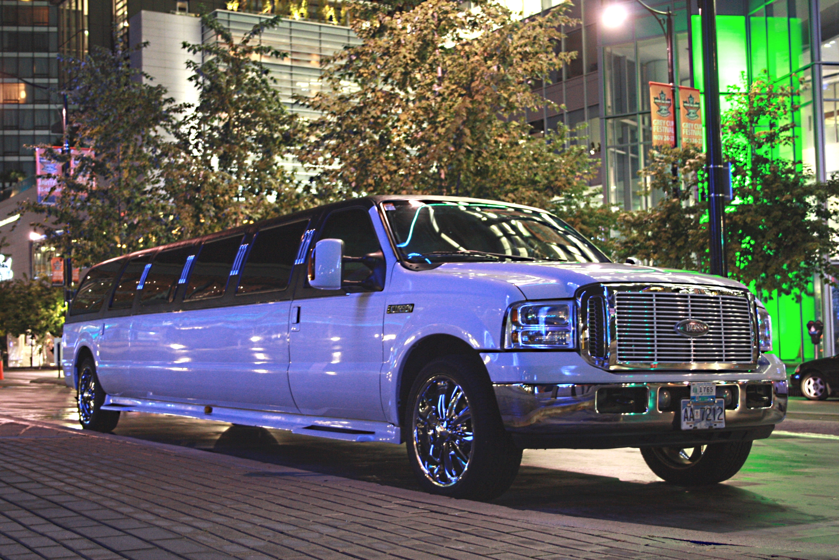Limousine: Minneapolis Limo Service, Airport Car Service, SUVs, Party